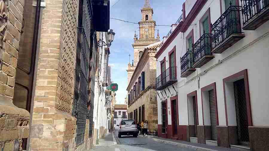 Se pueden ver las calles estrechas de Carmona, con la torre de la iglesia de fondo.