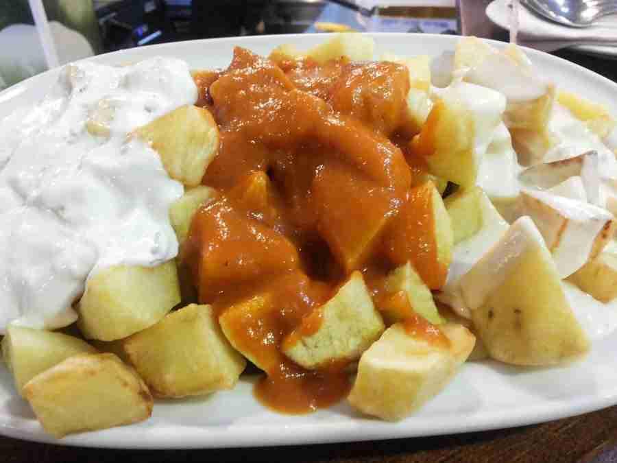 Patatas asadas con salsas de tres colores, allioli, salsa de cabrales, y salsa de tomate