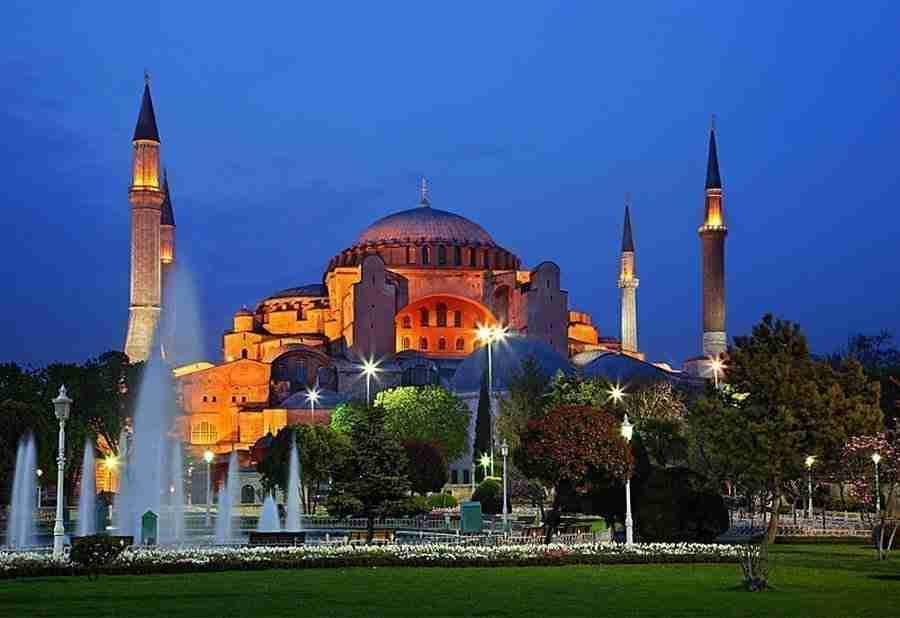 Vista de Hagia Sofia, la mezquita más grande de Estambul, al atardecer.