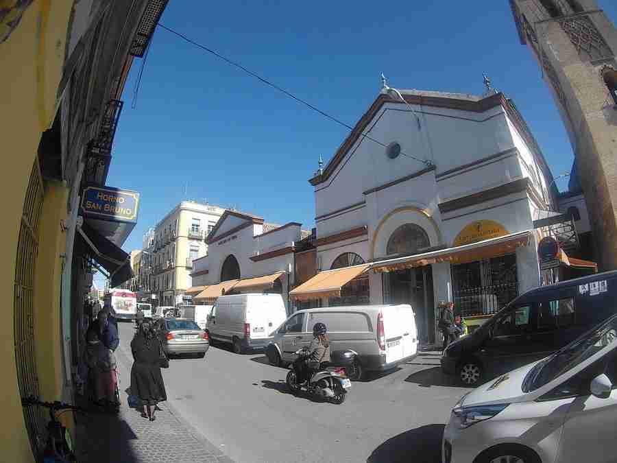 Vemos la entrada de un mercado. Un mercado en Sevilla. Mercado de la Feria.