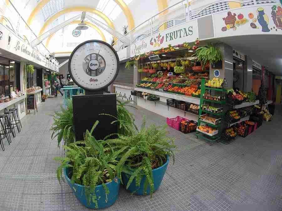 Vemos un puesto de frutas dentro de un mercado de abastos tradicional