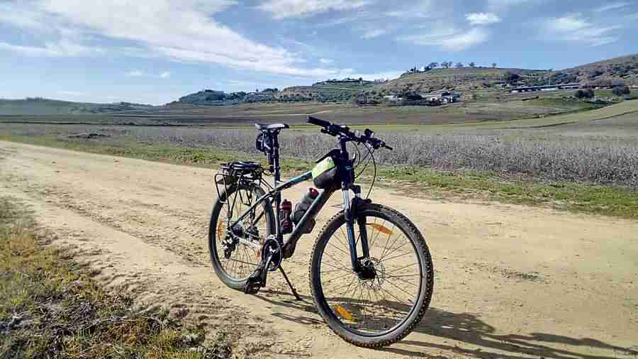 Imagen de una bicicleta en la salida a Carmona, Sevilla. Bicicleta en un campo, sobre un carril de tierra.