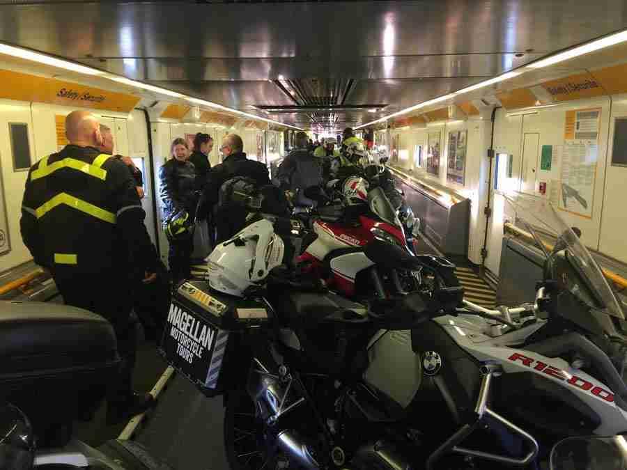 Vemos un túnel con muchas motos y personas vestidas con equipos de motocicleta.