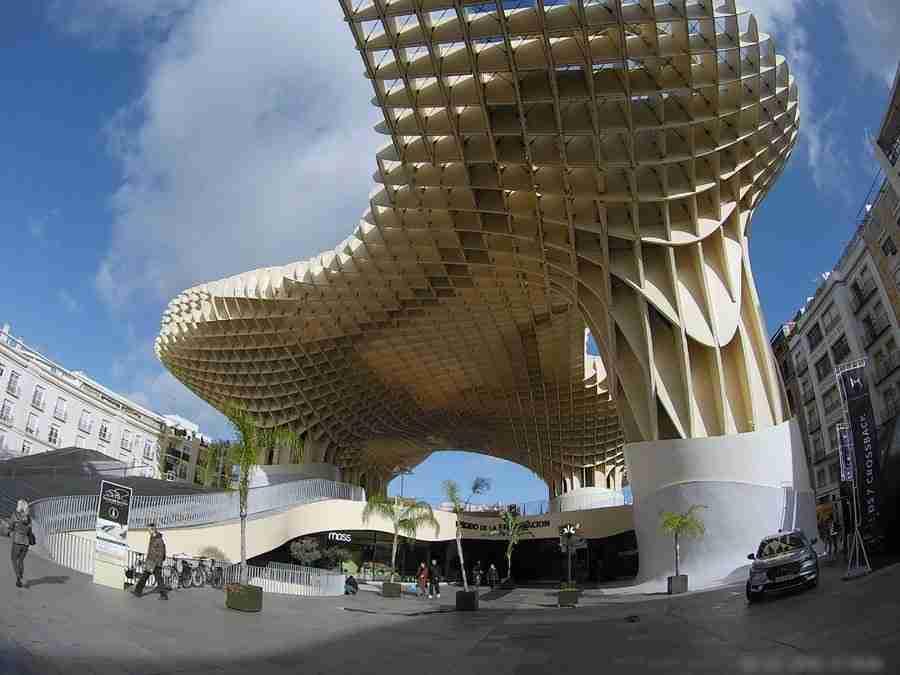 Vemos las Setas de Sevilla, justo sobre el Mercado de la Encarnacion, uno de los mercados en Sevilla.