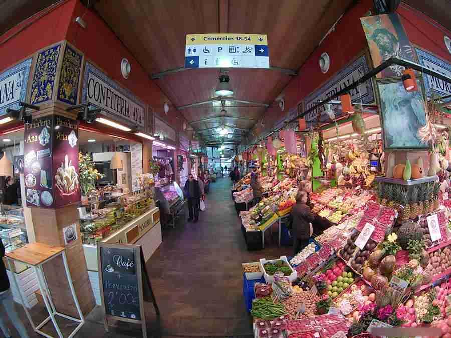 Vemos el pasillo de un mercado de abastos del mercado de Triana, uno de los mercados en Sevilla.