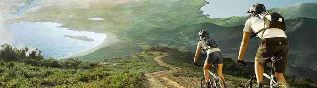 Vemos una pareja viajando en bicicleta