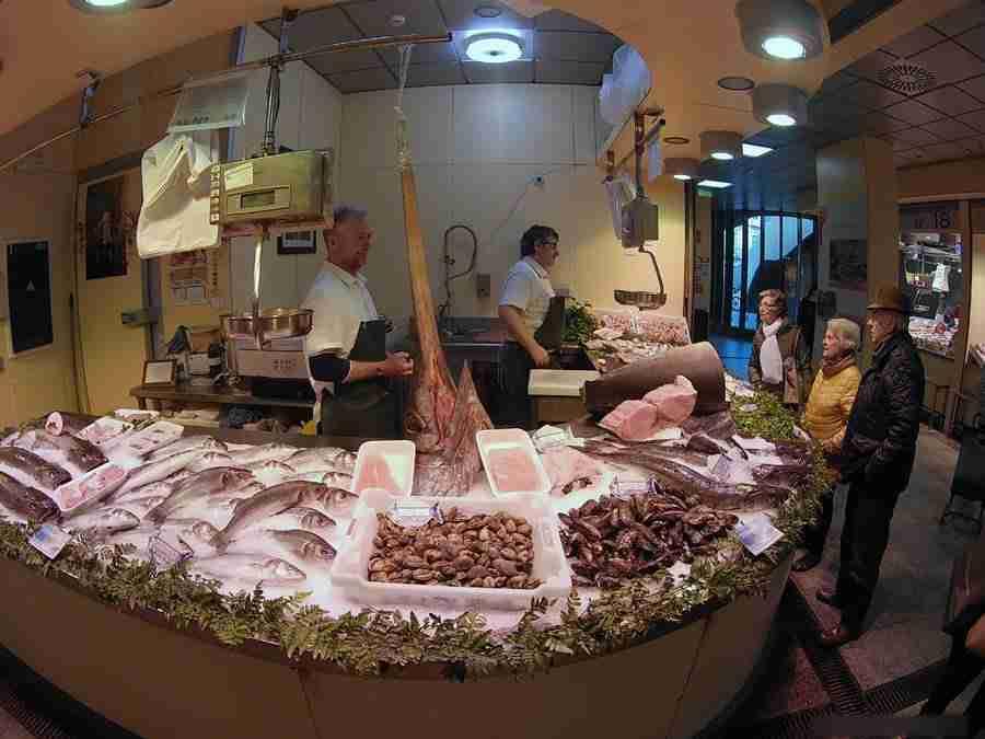 Vemos una pescadería de mercado, en Sevilla. Es una vista del Mercado de la Encarnación, uno de los Mercados en Sevilla.