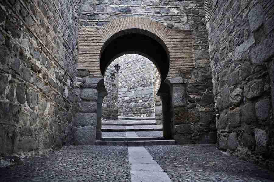 Un antiguo portal de piedra y ladrillo.