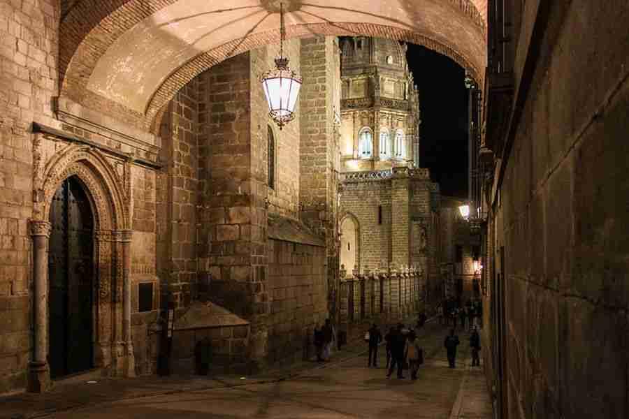 Arcada del casco antiguo de una ciudad, con edificios hechos de piedra.