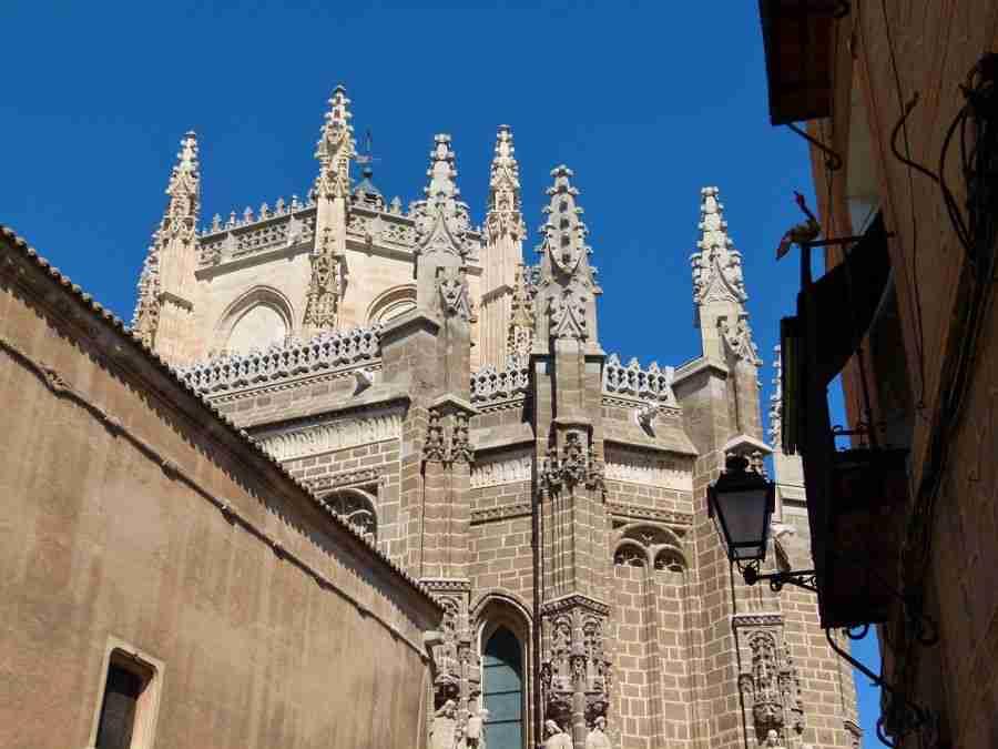 Vista de la torre de un monasterio, de estilo gótico.