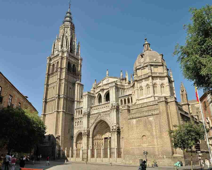 Vista de una catedral de piedra de estilo gótico.