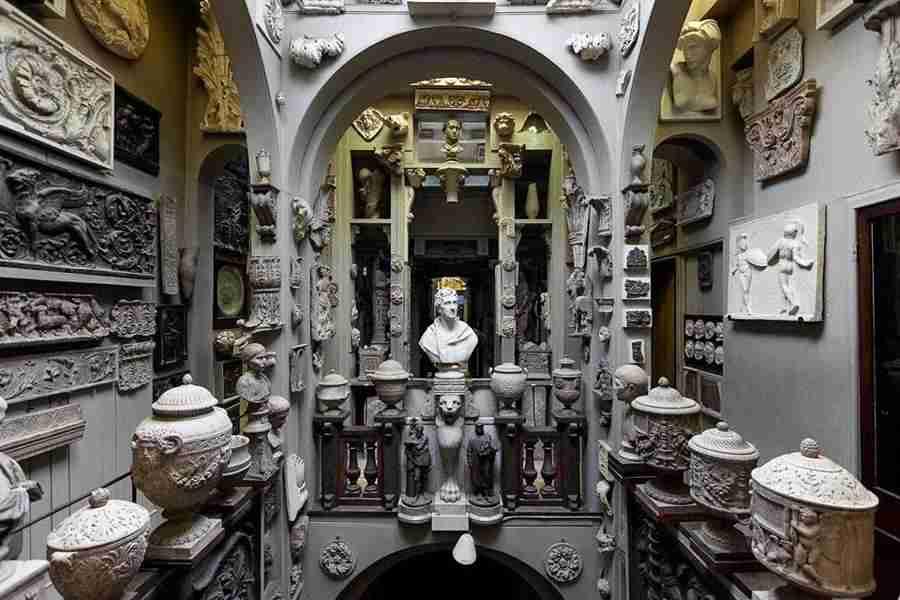 Sala con muchos bustos antiguos, estatuillas y urnas