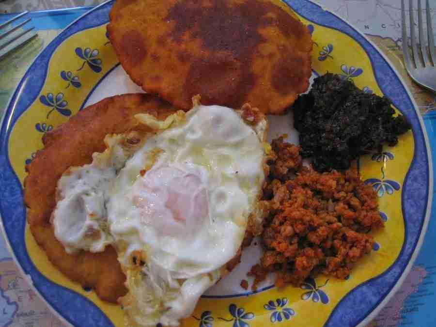 Un plato de comida, que muestra tortos de maíz, con huevos fritos, morcilla y picadillo, uno de los 5 Platos Fuertes de la Cocina Asturiana