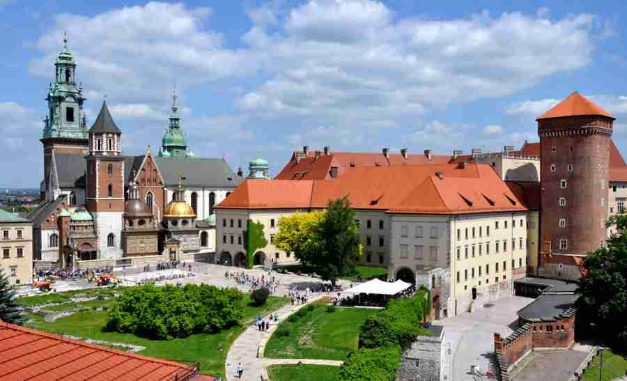Vista del Castillo de Wawel, en Cracovia, con su magníficos jardines y arquitectura. Cracovia es una de las 10 Ciudades baratas para visitar en Europa en 2019.