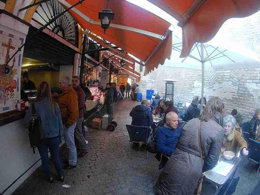 Vemos gente sentada en una terraza de un mercado en Sevilla. Es el mercado de calle Feria en Sevilla.