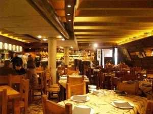 Vista del interior de una sidrería asturiana, donde se pueden comer los 5 Platos Fuertes de la Cocina Asturiana, decorada en madera
