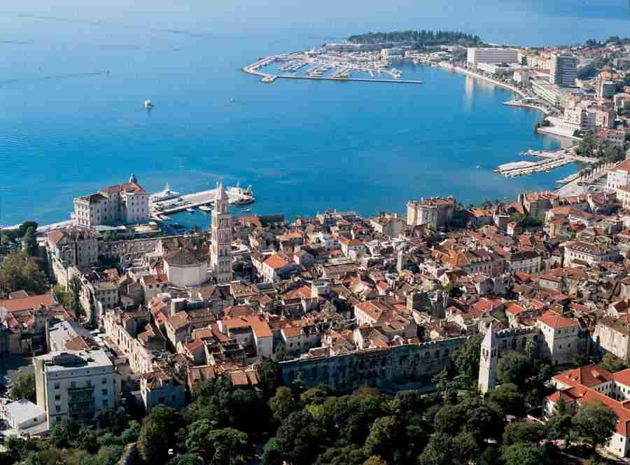 Vemos la ciudad de Split desde el cielo. Es una de las ciudades baratas para visitar en 2019.