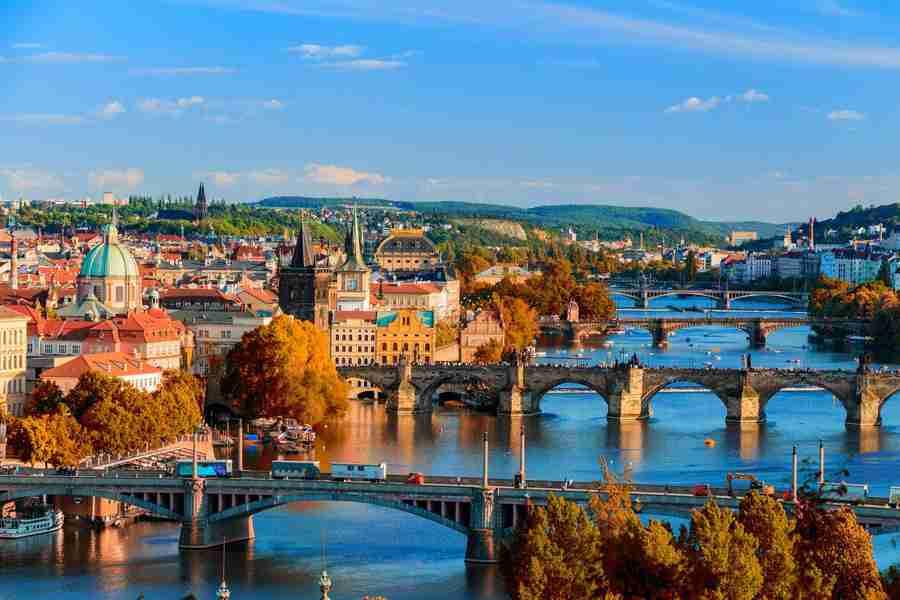 Vista parcial de Praga, con muchos de sus puentes en sucesión. Praga es una de las 10 Ciudades baratas para visitar en Europa en 2019 recomendadas por Ideoviajes.