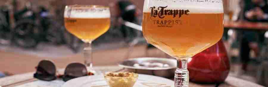 Vemos una mesa de bar con dos copas de cerveza